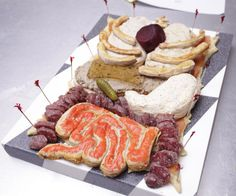 Halloween Human Torso Appetizer: 16 Steps (with Pictures) Appetizer Plates, Yummy Appetizers, Favorite Holiday, Holiday Fun, Holiday Ideas, Halloween Food For Party, Halloween Foods, Halloween Tricks, Halloween Games