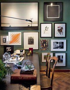 Home Office - Patricia Hagobian. O ambiente conta com bastante luz natural, mas não abre mão de um projeto de iluminação com foco nas obras de arte e na mesa de trabalho. A estante repleta convida à leitura.