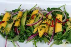 Uma deliciosa salada diferente com ingredientes pouco comuns para uma salada, manga e abacate. Para o bom preparo de uma salada, primeiro devemos lavar bem