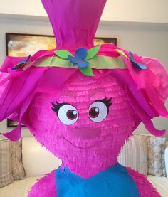 Detalle de piñata de troll Popy