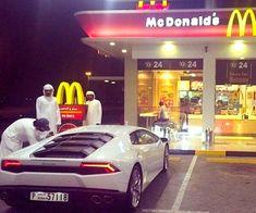 La nuova capitale mondiale del lusso è anche il parco giochi preferito da tutta la gioventù più ricca e viziata di Dubai.