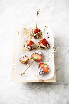 Aardbeien in pure chocolade met kokos en amandelen • Nooit meer diëten