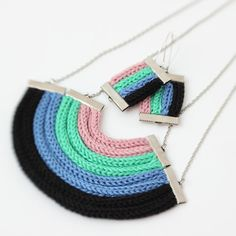 Azul negro mano verde lavanda arco iris  set de por knitsNbuttons, $42.00