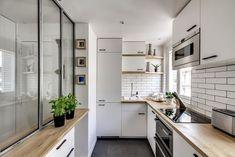 Cocina en forma de U con cerramientos de cristal para dividir espacios - Decoratualma