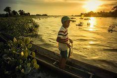 #socialdocumentary #sociallandscape #documentalphotography #documenting #kids #fisherboy #fisherman #riverlife #fish #sunset #colombia #socialdocumentary #sociallandscape #humanity #visualstorytelling #villamilvisuals by villamilvisuals