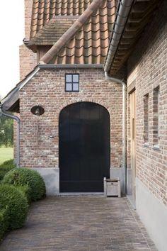 Woning opgetrokken uit oude metselstenen en oude dakpannen. Mooie combinatie met de grijze spatrand