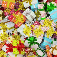 In dem ganzen Geschenkechaos sind VABO-N APEX verschwunden… Siehst du sie? 🎁👀 Schreib in die Kommentare, wie viele Dosen sich hier versteckt haben und gewinne 1 Tray VABO-N APEX! 💪 Unter den richtigen Kommentaren wird per Zufall der Gewinner gelost. Viel Glück! 🍀 Gift Wrapping, Holidays, Gifts, Collages, Gift Wrapping Paper, Holidays Events, Presents, Wrapping Gifts, Holiday