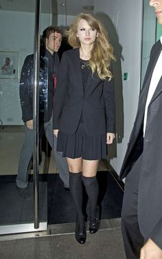 Taylor Swift's Black knee high socks with oxfords and black blazer.  Outfit details: http://wwtaylorw.com/60/