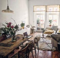 Wohnzimmertraum mit Holzboden und schöner Holzmöbel sowie großer Fensterfront mit Balkon. #Wohnzimmer #Holzmöbel