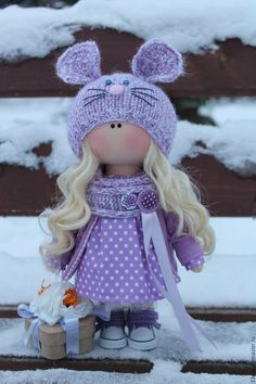 Купить или заказать Лавандовая мышка в интернет-магазине на Ярмарке Мастеров. Интерьерная, текстильная кукла. Стоит и сидит самостоятельно. Одежда не снимается, т.к. кукла не игровая. для изготовления использованы натуральные ткани, кеды для кукол, вязанная шапочка. Пуговицы ручной работы, обтянутые тканью. В руках коробочка из папье маше.