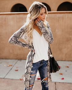 Be ready to see stylish snake print outfits at streets because it became a very trend print this season. Long Sleeve Kimono, Long Kimono, Kimono Outfit, Cardigan Outfits, Spring Outfits Women, Casual Winter Outfits, Python, Leopard Print Outfits, Animal Print Fashion