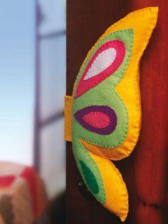 Trava-portas de feltro Felt Diy, Felt Crafts, Diy And Crafts, Diy Fairy Door, Burlap Flowers, Felt Animals, Softies, Pin Cushions, Kids Toys