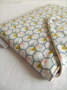 Pochette molletonnée pour iPad. Extérieur en natté de coton imprimé géométrique…