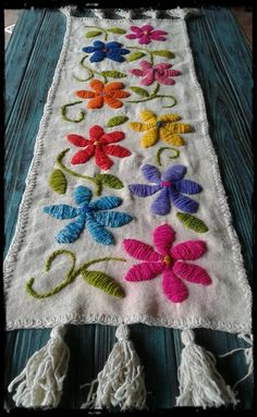 Camino de picote bordado a mano Hand Work Embroidery, Flower Embroidery Designs, Hand Embroidery Patterns, Floral Embroidery, Embroidery Stitches, Hand Work Design, Entertainment Center Decor, Fabric Painting, Embroidered Flowers