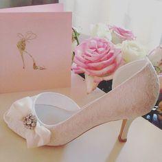 Jolis escarpins roses tendres et dentelles pour la mariée / #wedding