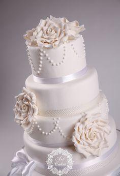 White wedding cake with vintage white roses and pearls. White Roses, Wedding Cakes, Pearls, Beauty, Vintage, Wedding Gown Cakes, Beads, Cake Wedding, Vintage Comics