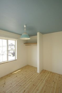 컬러를 입힌 일본인테리어 항상 일본인테리어를 보면 원목컬러가 포인트가 되는데 컬러가 입혀진 공간에서... Wall Colors, House Colors, Kids Room Bed, Ceiling Painting, Plain Wallpaper, Hall Design, Cool Rooms, Home Decor Bedroom, Building A House