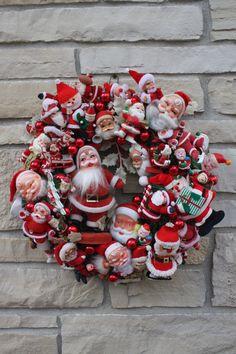 Vintage Noël guirlande de Santa Hand Crafted Heirloom Couronne Santa Vintage OOAK Collectable à la main. Santa, St. Nick, Santa Claus, Kris Kringle, Papa Noel, Saint-Nicolas, père Noël... ils sont tous ici dans une couronne!!! Surcharge de Santa avec gros Santas, Santas little, douces Santas, Santas floqués et plus!!! Pas de place pour en savoir plus ! Agrémenté de décorations en verre rouge. Santas tous les la plupart sont vintage et percevable sur leurs propres. Couronne de mesure diamètre…
