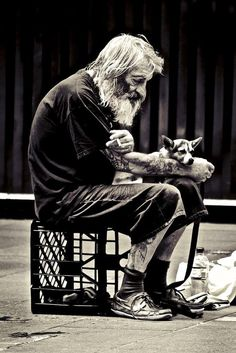 Homeless but loyal. While other get tired of taking care of pets. Sometimes I think the difference between many homeless & us is they are gentle people. Mans Best Friend, Best Friends, True Friends, Foto Picture, Double Exposition, Amor Animal, Homeless People, Homeless Man, People Of The World