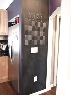 Puedes usar una pared de pizarra para tener un calendario/agenda a mano en la cocina.
