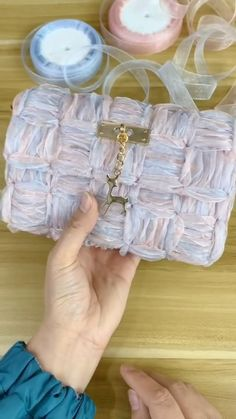 Diy Crafts Hacks, Diy Crafts For Gifts, Diy Projects, Diy Purse, Diy Handbag, Crochet Handbags, Crochet Purses, Art Bag, Craft Ideas
