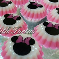 Gelatinas Minnie Mouse. Por Judith Tortas. Minnie Mouse Birthday Invitations, Minnie Mouse Party, Mouse Parties, Jello Desserts, Jello Recipes, It's Your Birthday, Birthday Parties, Sunshine Cake, Deli Food