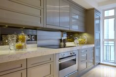 Contemporary kitchen designed by Katharine Pooley Contempory Kitchen, Contemporary Kitchen Design, Contemporary Apartment, Luxury Interior Design, Best Interior, Kitchen Interior, Marble Kitchen Worktops, Kitchen Dining, Kitchen Decor