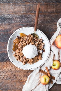This Gluten-Free Vegan Apple Crisp will make you want seconds! With a luscious caramel apple filling and oatmeal crumble topping, this vegan holiday dessert is irresistible. Caramel Pears, Caramel Apple Crisp, Vegan Caramel, Vegan Apple Crisp, Apple Crisp Easy, Apple Crisp Recipes, Fodmap Dessert Recipe, Healthy Dessert Recipes, Vegan Desserts