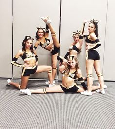 This would be great for a team pic for my schools cheer squad Cheerleading Pics, Cheer Stunts, Cheer Dance, Cheer Picture Poses, Cheer Poses, Picture Ideas, Photo Ideas, All Star Cheer, Cheer Mom
