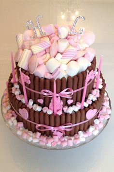 Chocolate and marshmallow cake recipe - Good cake recipes Chocolate Marshmallow Cake, Chocolate Marshmallows, Chocolate Cupcakes, Pink Chocolate, Candy Cakes, Cupcake Cakes, Bar A Bonbon, Drip Cakes, Occasion Cakes