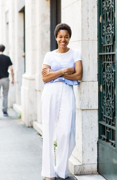 Tip: wide-leg trousers + crop top Outfit Inspiration! Here's How You Wear Wide-Leg Trousers via White Wide Leg Trousers, Off White Pants, Wide Leg Pants, Wide Legs, Summer Work Outfits, Office Outfits, Office Wear, Summer Wardrobe, Spring Outfits
