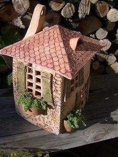 Domček je vyrobený zo šamotovej hliny, má odnímateľnú strechu a je vhodný na sviečku (či bez nej), ku krbu, na schody, von. Neublíži mu ani voda či mráz. Je možné si zadať číslo na dome (napr.podľa...