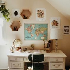 Image de room, desk, and map