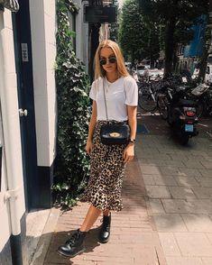 Love the new leopard print silk skirt trend. They're so flattering, comfy, and s… Ich liebe den neuen Seidenrock-Trend mit Leopardenmuster. Sie sind so schmeichelhaft, bequem und stilvoll! Mode Outfits, Skirt Outfits, Casual Outfits, Fashion Outfits, Converse Outfits, Swag Fashion, Fashion Tips, Sexy Outfits, Fashion Styles