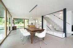 Il tavolo antico e le sedie anni '50 creano il sottile contrasto che caratterizza l'ambiente. Modern House by Despang Schlüpmann Architekten