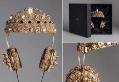 Rihanna vient d'offrir à Dolce&Gabbana une exposition sans commune mesure pour son casque couronne vendu à... 8.000 euros l'unité. Depuis que l'artiste est apparue avec sur les réseaux sociaux, les ventes s'envolent.