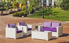 CONJUNTO DE RATTAN BLANCO. Set de ratán sintético o huitex formado por sofá, 2 sillones, mesa de centro y cojines