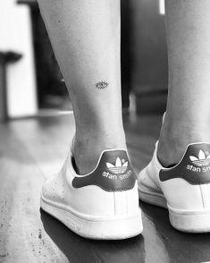 Evil eye tattoo on the Achilles heel. tattoo girl body Evil eye tattoo on the Achilles heel. Cute Tiny Tattoos, Great Tattoos, Mini Tattoos, Small Tattoos, Tattoo On, Piercing Tattoo, Back Tattoo, Back Of Ankle Tattoo, Wrist Tattoo