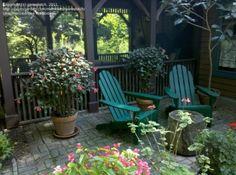 Deux chaises en vert dans une terrasse extérieur