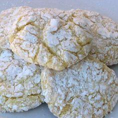 Lemon Crinkle cookies are delicious! Just 4 ingredients to make this easy lemon cool whip cookies recipe. The Best Cake mix cookies! Cool Whip Cookies, Lemon Cake Mix Cookies, Lemon Crinkle Cookies, Super Cookies, Lemon Cake Mixes, Cake Cookies, Köstliche Desserts, Delicious Desserts, Dessert Recipes