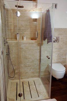 Piatto doccia a doghe in travertino in un bagno con mosaico  #travertine  www.pietredirapolano.com