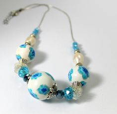 Necklace with synthetic ceramic beads blue floral di TaleJewels