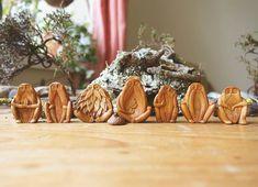 Esta artista irlandesa crea bellas criaturas talladas en semillas de aguacate