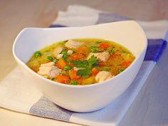 Schnelle Gemüsesuppe mit Kokosmilch und Lachswürfeln