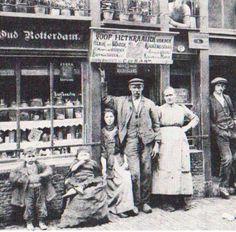 Een waterstokerij aan de Korte Wagenstraat in 1910. Het opschrift boven de deur luidt: 'Voor het kraaien van den Haan, heb ik het Water Kookend staan'