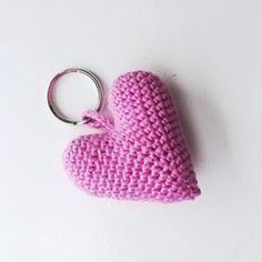 Nyt indlæg på bloggen : Hæklet hjerte-nøglering  www.KreaLoui.dk/hjerte-noeglering/ #crochet #hækling #hæklet #hjerte #nøglering #hjertenøglering #blog #KreaLoui