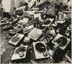 Is it just me or are these Technics 1200s?! www.pinterest.com/rickkiconnell