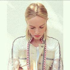 Verflochten: Kate Bosworth ließ sich eine ungewöhnliche Frisur flechten - passend zu ihrer Jacke von Etro
