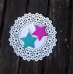 Náušnice+hvězdičky+třpytivé+Náušnice+jsou+vyrobeny+z+pěnové+gumy+a+mají+krásný+třpytivý+efekt.+Velikost+hvězdičky+je+4+cm.+Náušnice+jsou+velmi+lehké+a+na+uších+je+skoro+vůbec+necítíte.