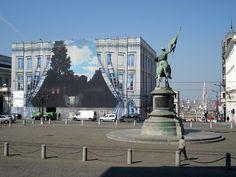 Le Musée Magritte rassemble les créations de l'artiste surréaliste René Magritte appartenant aux Musées royaux des beaux-arts de Belgique. Il est situé sur la Place Royale.